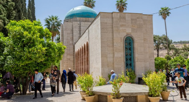 Иран. Шираз. Мавзолей Саади. Visitors take a tour of the mausoleum of Saadi, known also as the tomb of Sady or Sadiyeh. Фото dbajurin - Depositphotos