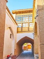 Иран. Исфахан. Армянский квартал. The narrow backstreet with passageway under the house in New Julfa neighborhood, Isfahan. Фото efesenko-Depositphotos