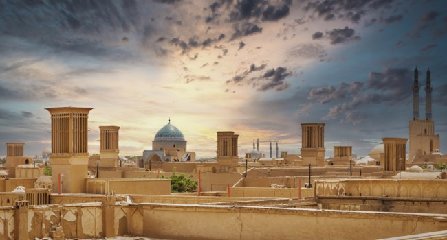 Иран. Панорама Йезда. Panoramic view of badgirs and mosques of Yazd on a cloudy day, in Iran. Фото nmessana - Depositphotos