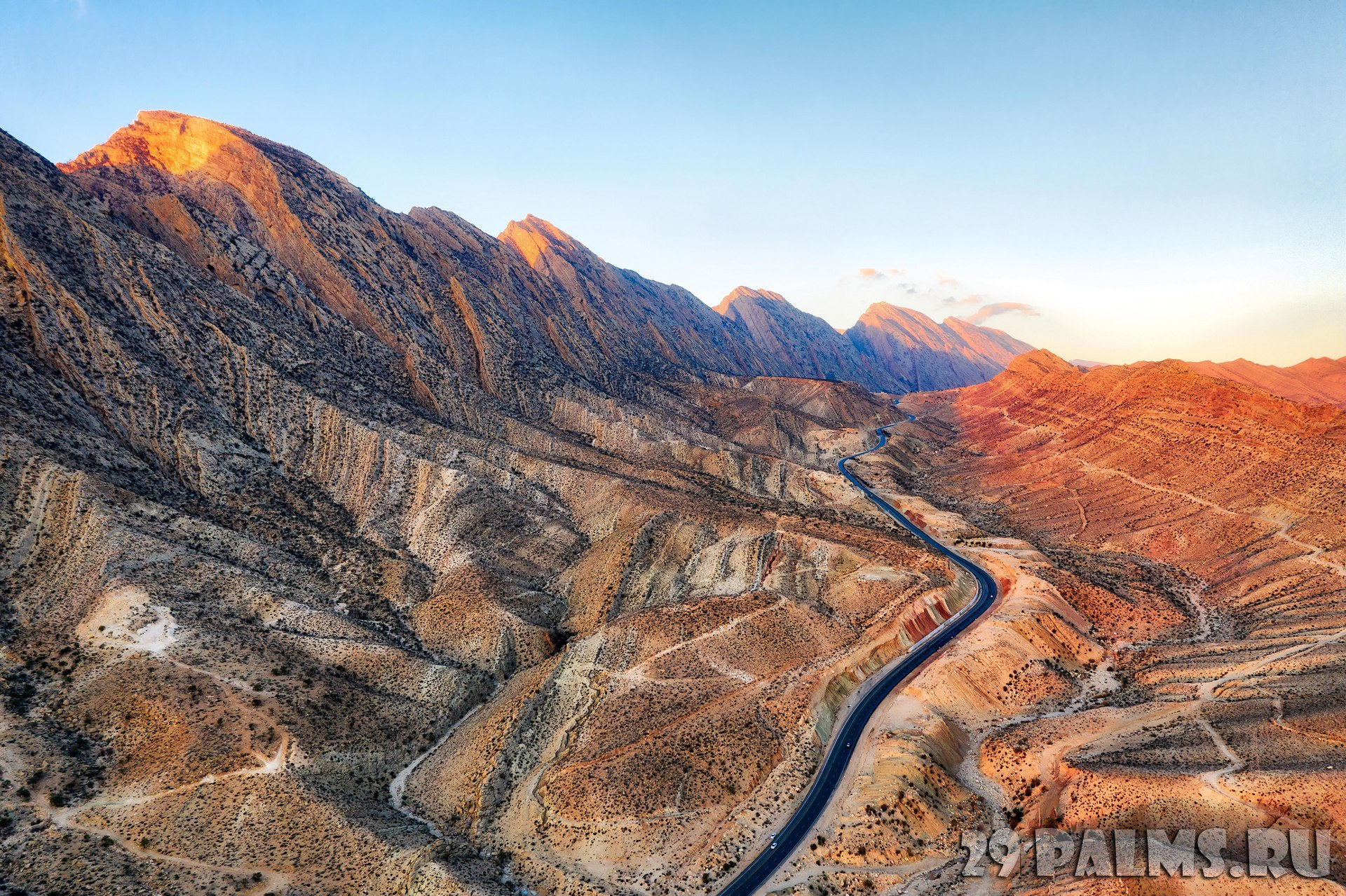 Иран. Горы Загрос. Road through the Zagros Mountains in South Iran. Фото weissdergeier - Depositphotos