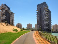 Клуб Павла Аксенова. Израиль. Ашдод. Running track and two modern residential building in city park of Ashdod, Israel. Фото rglinsky - Depositphotos