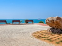 Клуб Павла Аксенова. Израиль. Ашдод. Large stone and benches in urban park with beautiful view on Mediterranean sea in Ashdod, Israel. Фото rglinsky - Deposit