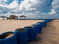 Клуб Павла Аксенова. Израиль. Ашдод. Defensive wall of the barrel to protect the roads from the sand on the beach. Фото fotomedvedeva - Depositphotos