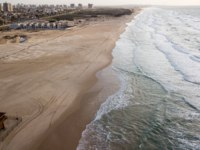 Клуб путешествий Павла Аксенова. Израиль. Ашдод. Aerial view of empty sandy beach with tire tracks, Ashdod, Israel. Фото VeronikaGorBO - Depositphotos