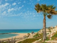 Израиль. Ашкелон. View of beautiful beach along wavy Mediterranean sea at summer day in Ashkelon, Israel. Фото Ilgonis-Depositphotos