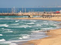 Израиль. Ашкелон. View of beautiful beach along wavy Mediterranean sea at summer day in Ashkelon, Israel. Фото rglinsky-Depositphotos