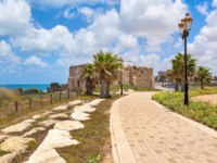 Израиль. Ашкелон. Pedestrian walkway, lampposts and ancient on promenade along Mediterranean sea coastline in Ashkelon, Israel. Фото rglinsky-Deposit