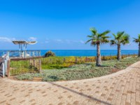 Израиль. Ашкелон. Paved promenade with palms and viewpoint along Mediterranean sea shoreline in Ashkelon, Israel. Фото rglinsky-Depositphotos