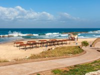 Израиль. Ашкелон. Walkway promenade along empty beach on Mediterranean sea in Ashkelon, Israel. Фото rglinsky-Depositphotos