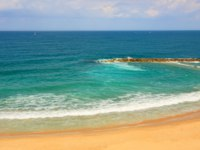 Израиль. Ашкелон. View from above on sandy beach along beautiful Mediterranean sea at hot day in Ashkelon, Israel. Фото rglinsky-Depositphotos