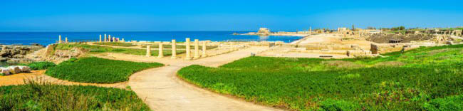 Археологический парк Кесария. The gentle hill serves as the perfect viewpoint, overlooking the archaeological area of Caesarea, port, Israel. Фото efesenko-