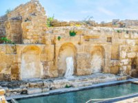 Израиль. Археологический парк Кесария. One of the stone niche in the wall decorated with the broken antique statue, Caesarea, Israel. Фото efesenko-Depositphotos