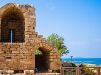 Израиль. Археологический парк Кесария. Ruins of ancient defensive walls facilities. National park Caesarea on the Mediterranean. Israel. Фото kavramm-Depositph