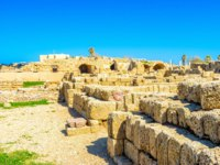 Израиль. Археологический парк Кесария. The ancient walls of Caesarea archaeological site were built from the local limestone, Israel. Фото efesenko-Depositphotos