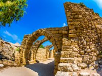 Израиль. Археологический парк Кесария. Perfectly remained ancient arch overlappings of malls. National park Caesarea on the Mediterranean Sea. Israel