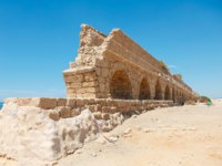 Израиль. Археологический парк Кесария. Ancient Roman aqueduct on a sea coast in Maritima National Park in Caesarea, Israel. Фото gerasimov-Depositphotos