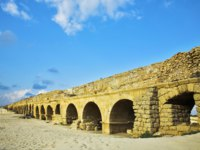 Израиль. Археологический парк Кесария. The aqueduct of the Roman period at coast of Mediterranean sea. Israel. Фото kavramm-Depositphotos
