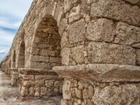 Израиль. Археологический парк Кесария. The waves of the Mediterranean sea visible through the ruined arches of the ancient aqueduct in Caesarea. Фото natazaika
