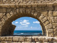 Израиль. Археологический парк Кесария. The waves of the Mediterranean sea of the ancient aqueduct in Caesarea. Israel. Фото ivanov.autobau.ru-Deposit