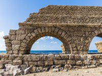 Израиль. Археологический парк Кесария. The waves of the Mediterranean sea the ruined arches of the ancient aqueduct in Caesarea. Фото ivanov.autobau.ru-Deposit
