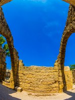Израиль. Археологический парк Кесария. Excursion to the Archaeological Park. Ruins of ancient Caesarea. Israel. Фото kavramm-Depositphotos