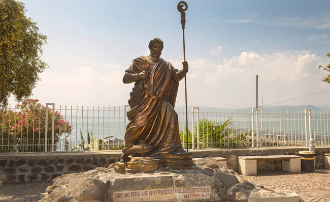Клуб Павла Аксенова. Израиль. Капернаум. Статуя апостола Петра. Statue of apostle Peter, Capernaum, sea of Galilee, Israel. Фото irisphoto11-Depositphotos
