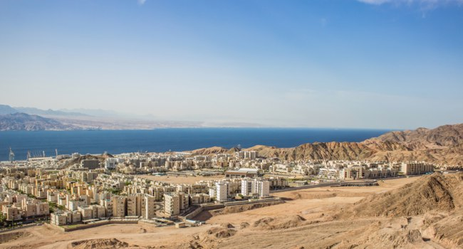 Израиль. Панорама Эйлата. Top view on Gulf of Aqaba Red sea bay with Israeli resort city Eilat in Middle East dry desert rocks and hills. Фото ArtemKnyaz - Depositph