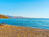 Израиль. Пляжи Эйлата. The sand beach in Eilat with the scenic Aqaba mountains on the background, Eilat, Israel. Фото efesenko - Depositphotos