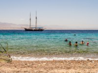 Израиль. Пляжи Эйлата. Excursion ship in the gulf of Aqaba in the Red Sea, near the Eilat city, Israel. Фото alefbet - Depositphotos