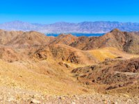 Клуб Павла Аксенова. Израиль. Эйлат. The blue waters of Aqaba Gulf behind the colored Eilat mountains, Israel. Фото efesenko - Depositphotos