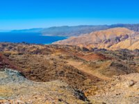 Клуб Павла Аксенова. Израиль. Эйлат. The dry rocky Eilat mountains with bright blue Aqaba Gulf on the background. Фото efesenko - Depositphotos