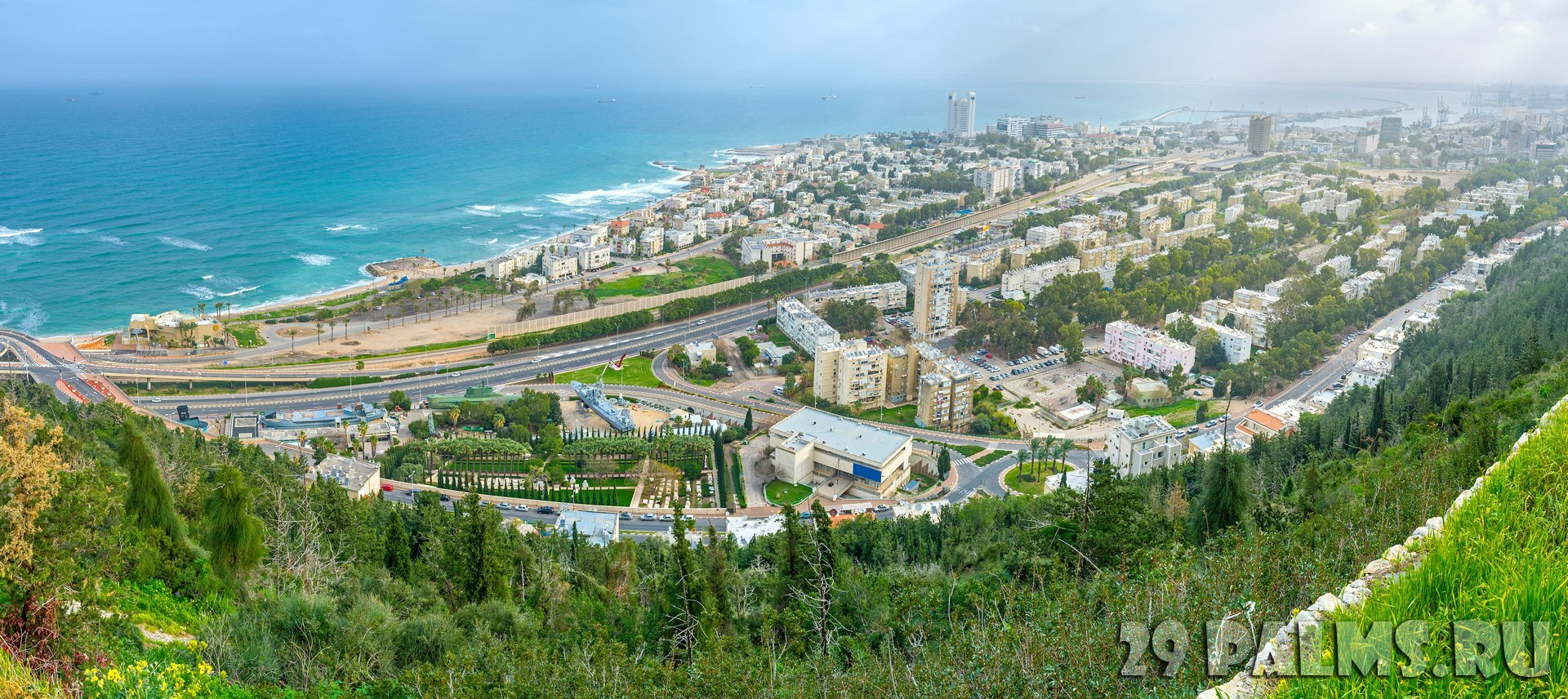 Израиль. Панорама Хайфы. Haifa from the slope of Carmel Mount, overlooking residential districts, beaches and the coastline, Israel. Фото efesenko - Depositphoto