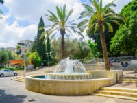 Израиль. Хайфа. View of Binyamin Garden, with a fountain, locals and visitors, in Hadar HaCarmel district, Haifa, Israel. Фото RnDmS-Depositphotos