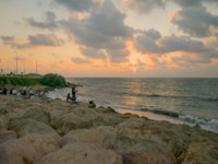Клуб путешествий Павла Аксенова. Израиль. Хайфа. Sunset beach scene with local fisherman and other locals, in Haifa, Israel. Фото RnDmS-Depositphotos