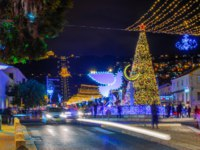 Израиль. Хайфа. The German Colony, decorated for the holidays, with a Christmas tree, Hanukkah Menorah, Muslim Crescent and the Bahai shrin. Фото RnDmS-D