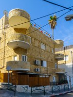 Израиль. Хайфа. Historical houses in mixed Arab and International (Bauhaus) style, with locals and visitors, in Haifa, Israel. Фото RnDmS-Depositphotos