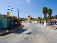 Израиль. Палестина. Хеврон. Deserted street with watchtower in the jewish quarter near the center of Hebron. Israel. Фото Buurserstraat38-Depositphotos