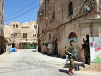 Израиль. Палестинские территории. Хеврон. Israeli soldiers gourds on the Jewish quarter of Hebron. Фото lucidwaters-Depositphotos