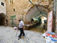 Израиль. Палестинские территории. Хеврон. Street with bazaar and shops in the center of the old city Hebron. Фото Buurserstraat38-Depositphotos