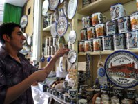 Arab man creat artwork in Hebron.There are 163,000 Palestinians living in Hebron. Фото lucidwaters-Depositphotos