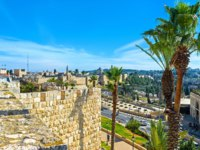 The old city walls surrounded by scenic palms and lush gardens, making the ramparts walk more joyful, Jerusalem, Israel. Фото efesenko - Depositphotos