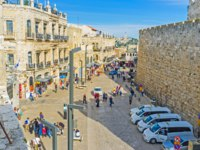 Израиль. Иерусалим. The view from the city ramparts on the tourist neighborhood and the main market street in Jerusalem. Фото efesenko - Depositphotos