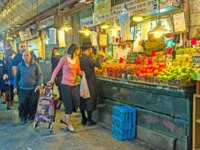 Израиль. Иерусалим. The hasidic family chooses fresh and tasty fruits and vegetables in Mahane Yehuda market in Jerusalem. Фото efesenko-Depositphotos