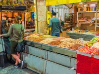 Израиль. Иерусалим. The jelly candies, nuts and sunflower seeds are popular snacks, offering in Mahane Yehuda market in Jerusalem. Фото efesenko-Depositphotos