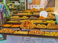 Израиль. Иерусалим. The stalls of Mahane Yehuda market offer baklava, fingers, lokum and other local sweets in Jerusalem. Фото efesenko - Depositphotos