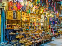 Израиль. Иерусалим. The bright illuminated stall with many diferent handmade souvenirs, Jrusalem, Israel. Фото efesenko - Depositphotos