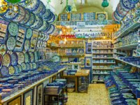 Израиль. Иерусалим. The pottery shop in Souk El Bazaar with colorful plates and ceramic tiles, decorated with traditional arabic patterns. Фото efesenko-Deposit