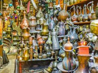 Израиль. Иерусалим. The old tea and coffe pots in antiquity stall, located in city market of David's street, Jerusalem, Israel. Фото efesenko - Depositphotos