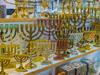 Израиль. Иерусалим. The menorah is traditional symbol of Israel and one of the most popular souvenirs, Jerusalem. Фото efesenko - Depositphotos