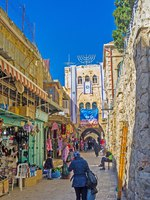 Израиль. Иерусалим. The narrow street with numerous market stalls leads to Damascus Gate in Jerusalem. Фото efesenko - Depositphotos